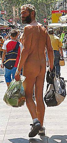 Nackter Mann mit Einkaufen und Rucksack